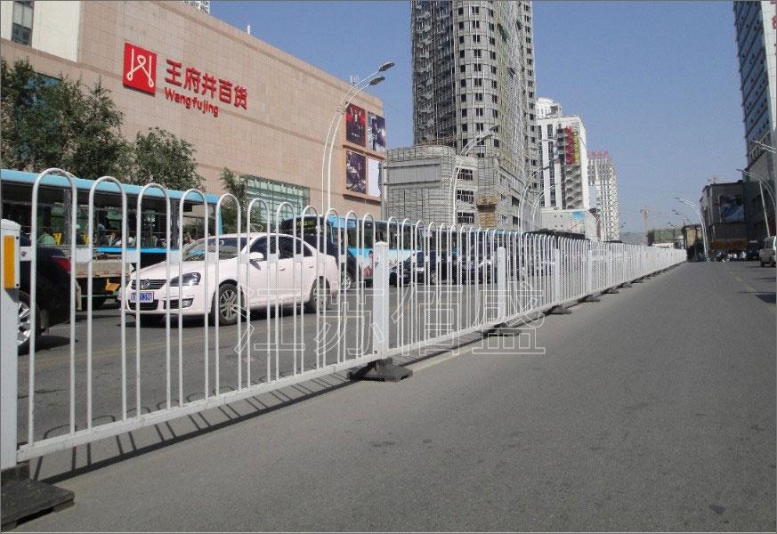 道路上是否设道路花箱护栏?